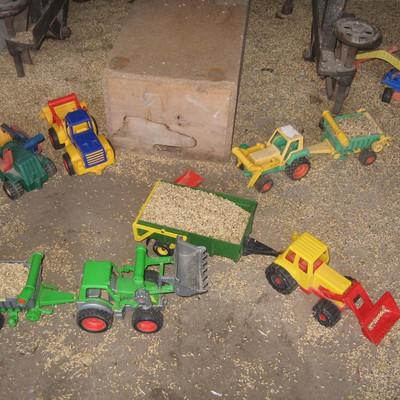 Kinderspielzeug, Fahrzeuge in einer Scheune mit Körner