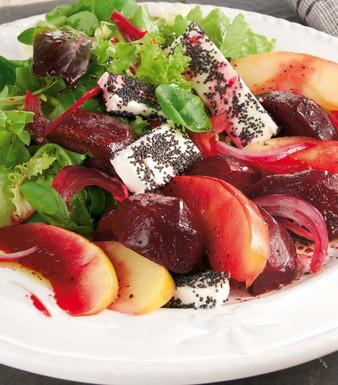 Geschmorte Rote Bete mit Feta auf Salat