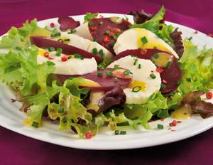 Rote-Bete-Mozzarella-Salat mit Rosa Beeren