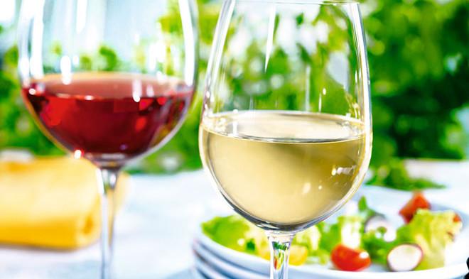 zwei Gläser mit Rot- und Weißwein
