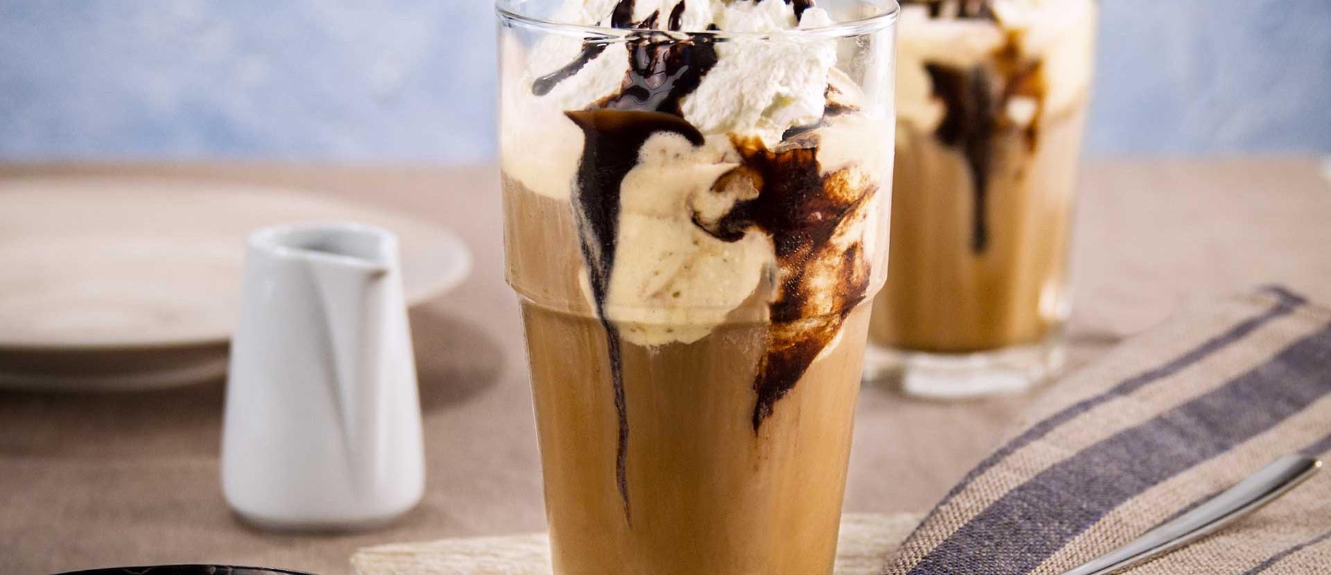 Eiskaffee mit Vanilleeis, Schlagsahne und Schokosauce