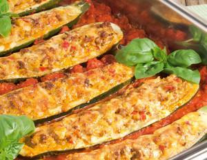Gefüllte Zucchini mit Hackfleisch und Tomatensauce