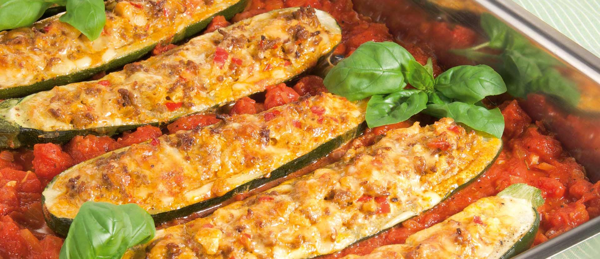 Gefuellte Zucchini Hackfleisch Tomatensauce