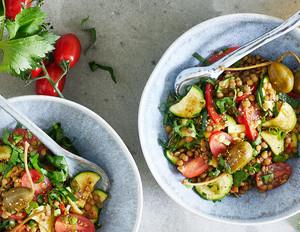 Griechischer Gemüsesalat mit Linsen und Kapernäpfeln