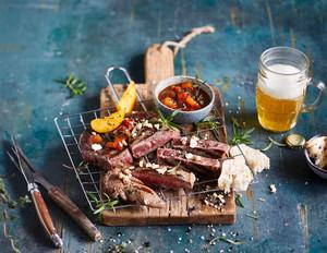 Rib-Eye-Steaks mit Steakpfeffer und Nektarinen-Chutney