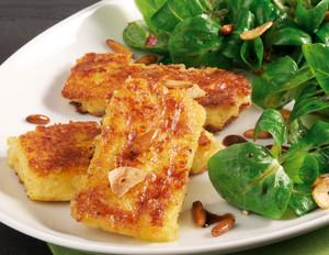Polentaschnitten mit Feldsalat und Pinienkerne