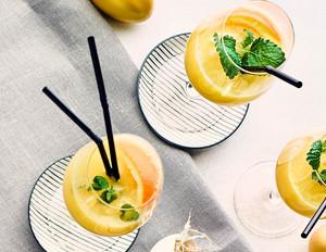 Eierlikör-Orangen-Aperitif mit Zitronenmelisse