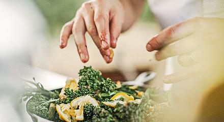 Newsletter Haende bereiten Brokkoli zu