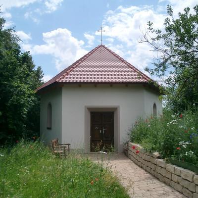 Außenaufnahme einer kleinen Kapelle