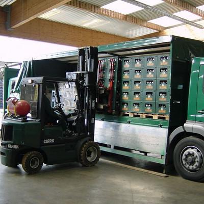 Stapler lädt Getränkkisten auf LKW