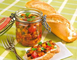 Picknick-Gemüse mit Baguette
