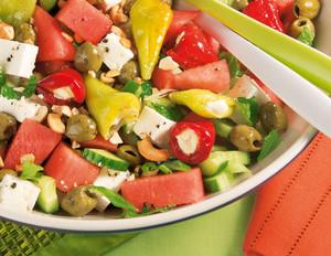 Melonensalat mit Gurke, Feta und Minze