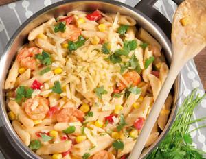 One-Pot-Paprika-Pasta mit Mais und Garnelen