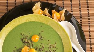Salatsuppe mit schwarzen Linsen und Pysalis