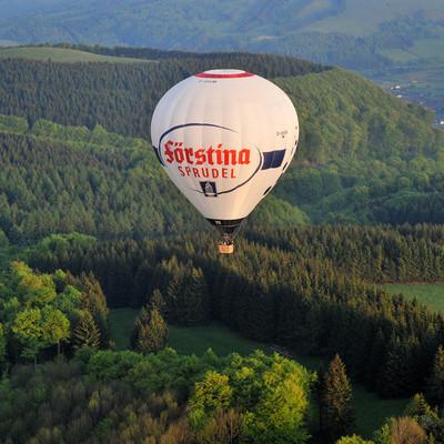 Heißluftballon über dem Wald