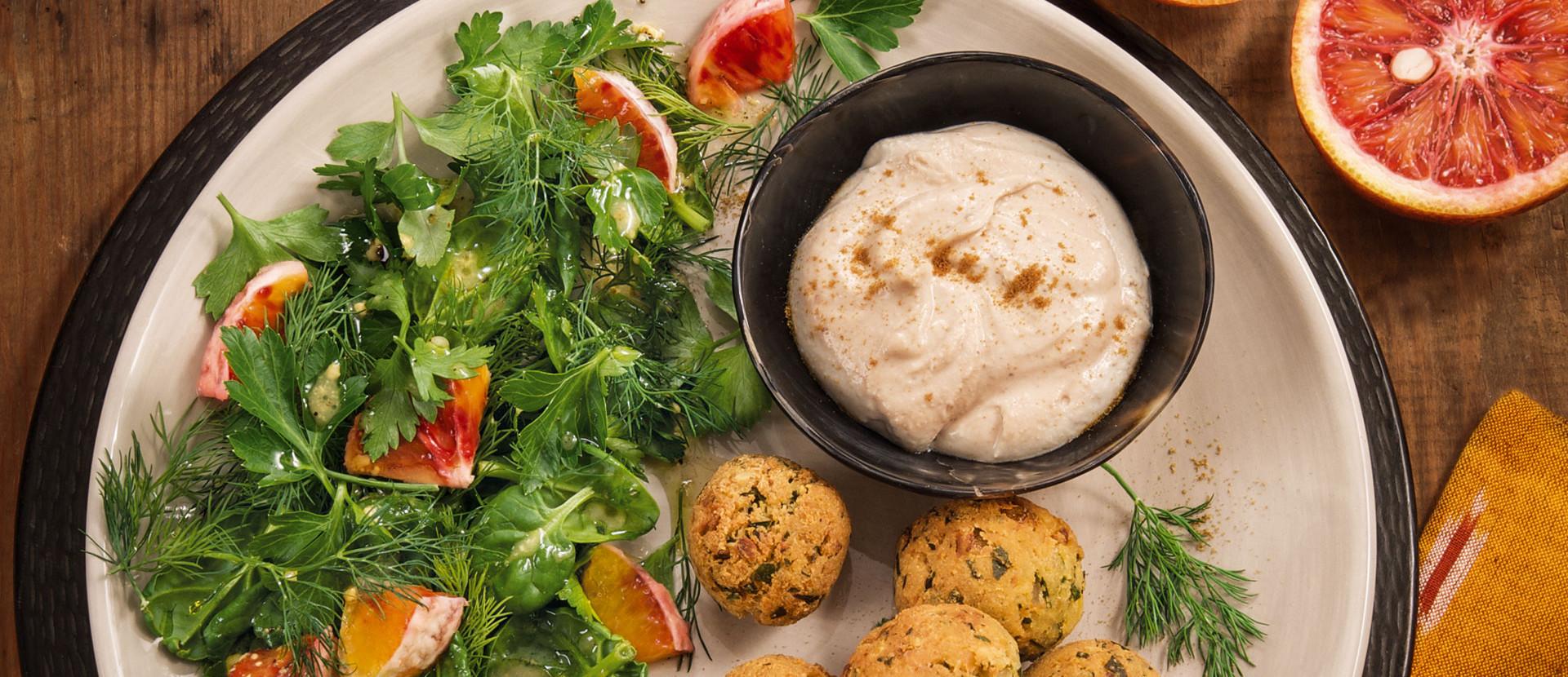 Falafel Kraeutersalat mit Tahinsauce