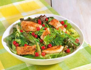 Sommersalat mit Hähnchenbrust und Beeren