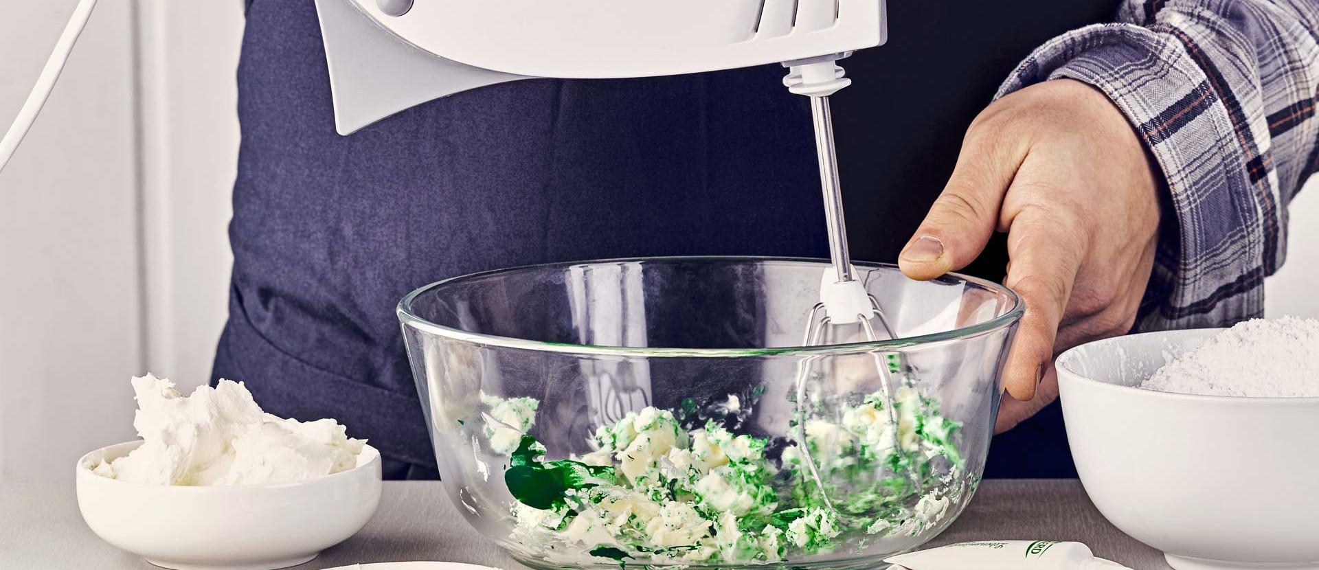 Cupcakes Lebensmittelfarbe Butter verquirlen mixen