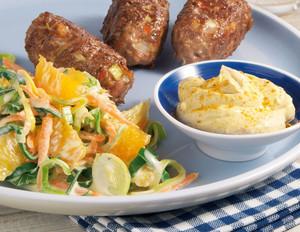 Orangen-Lauchsalat mit Hackröllchen und Curry-Dip