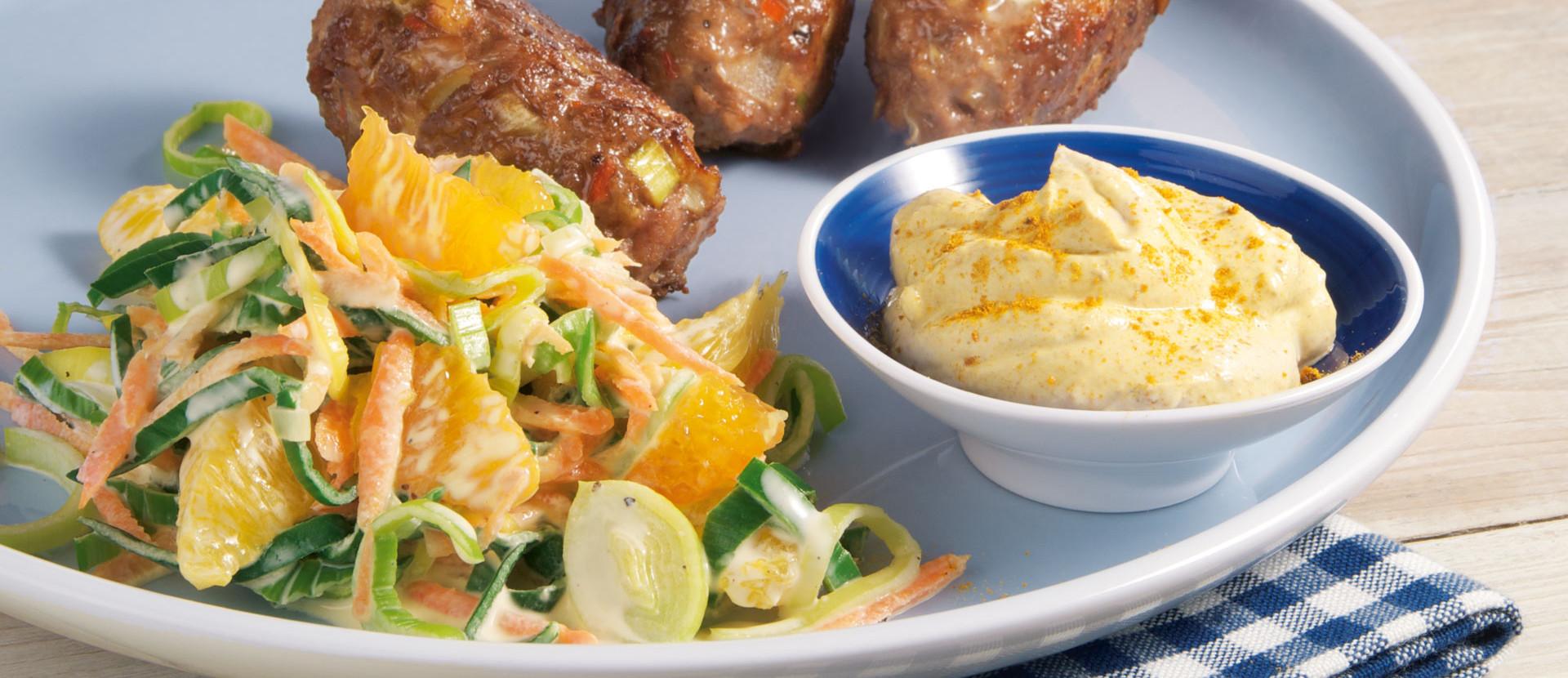 Orangen Lauchsalat mit Hackroellchen und Curry Dip