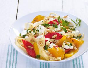 Paprika mit Feta und Pinienkernen zu Tagliatelle