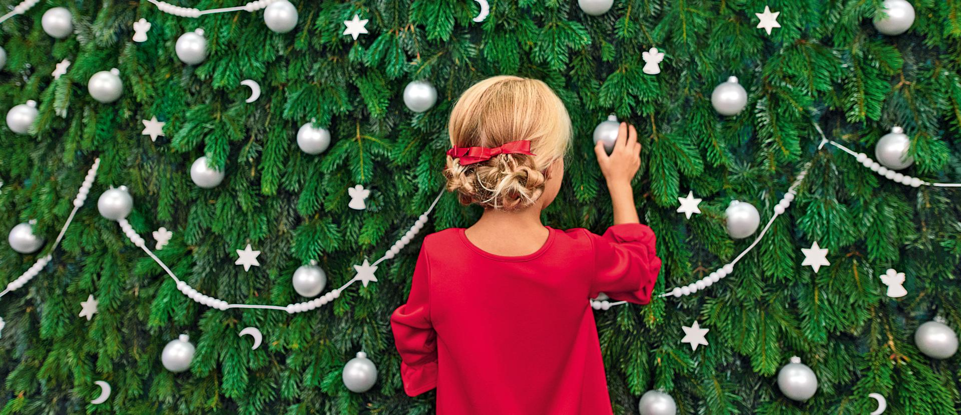 Mädchen vor Weihnachtsbaum
