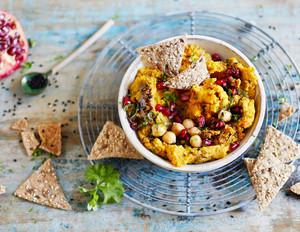 Kürbis-Hummus mit Granatapfelkernen