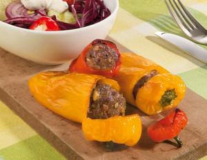 Gefüllte Snack-Paprika mit Minzsauce und Salat