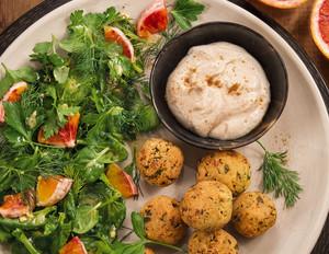 Kräutersalat mit Falafel & Tahinsauce