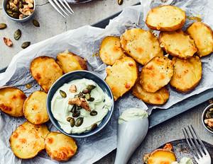 Käse-Kartoffeln mit Walnuss-Kürbiskern-Quark