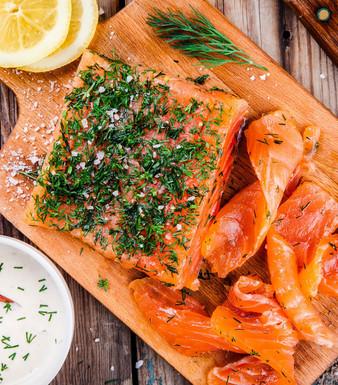 Gebeizter Lachs mit Honig-Dill-Sauce