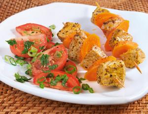 Räuberspieße mit Tomatensalat