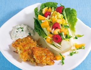 Obst-Salatherzen mit Kartoffelrösti und Tofu-Dip