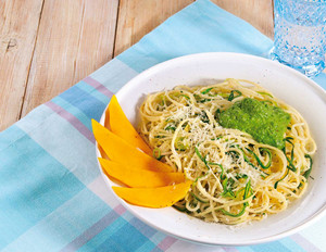 Zucchini-Nudeln mit Mandel-Pesto