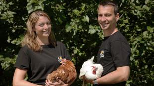 Die Betriebsleiterfamilie mit Hühnern