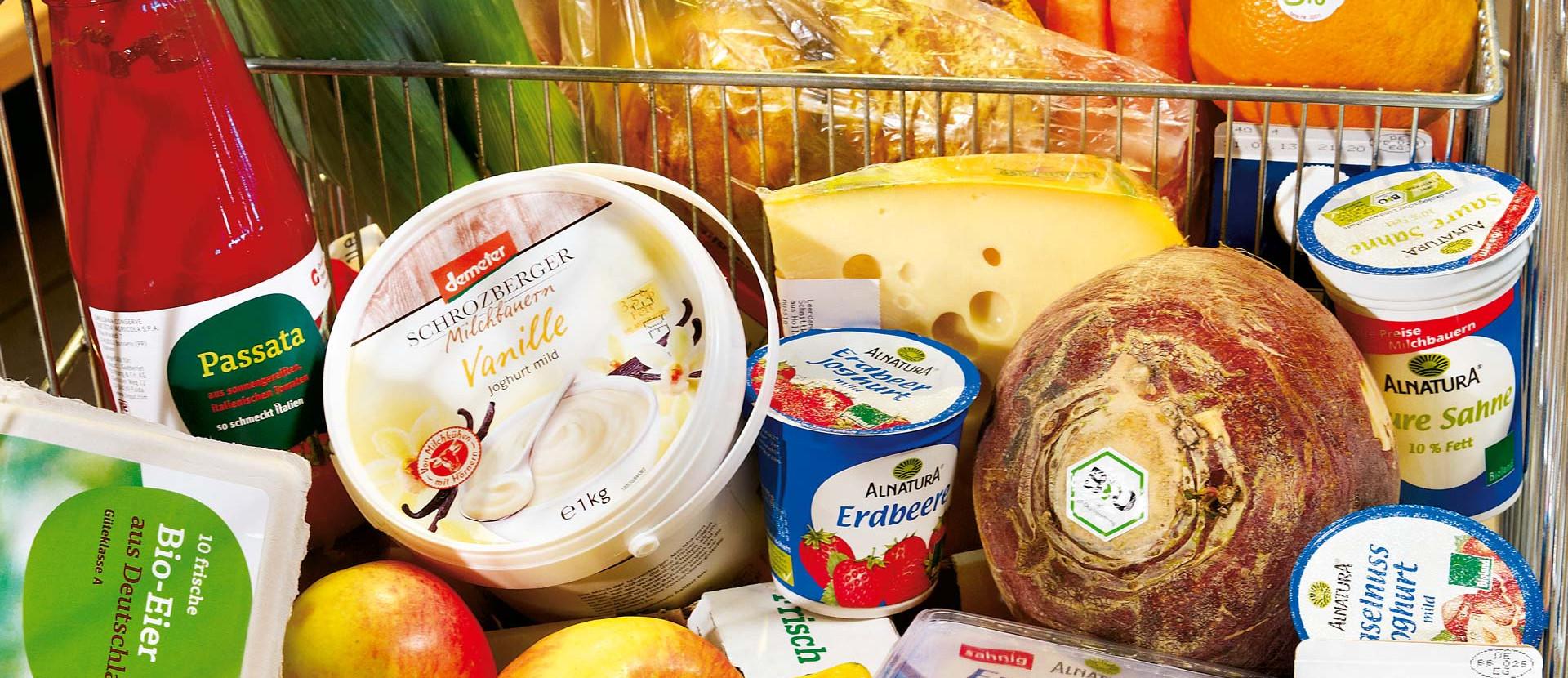 Bio Produkte in Einkaufswagen