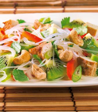 Glasnudelsalat mit Kiwis Cashewkernen und Tofu