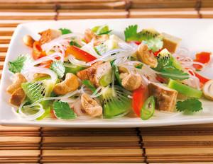 Glasnudelsalat mit Kiwis, Cashewkernen und Tofu
