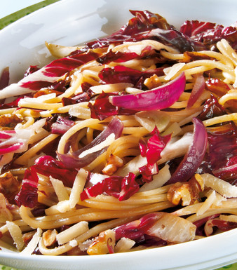 Spaghetti mit Radicchio und Walnüssen