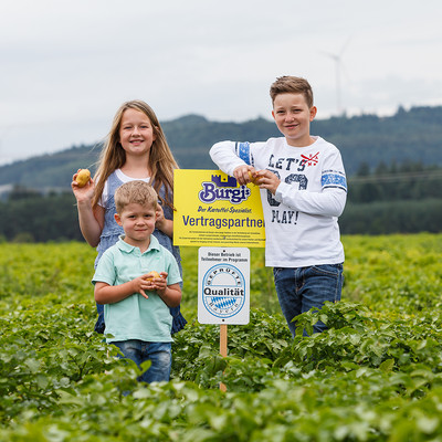 Kinder auf Kartoffelacker