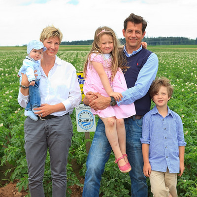 Familie vor Kartoffelacker