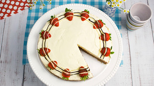 Philadelphia Torte mit Erdbeeren auf einem Holztisch
