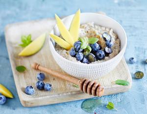Porridge mit Mango und Heidelbeeren