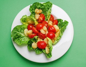 Lauwarmer Gnocchi-Salat mit Tomaten