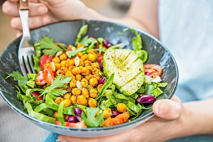 Bewusste Ernaehrung SaladBowl in Händen