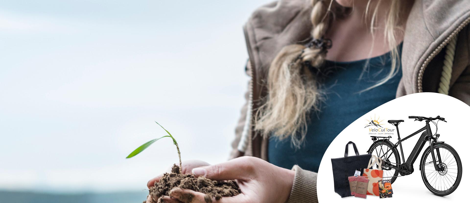 Frau mit Pflanze in den Händen und Gewinne des Nachhaltigkeits-Gewinnspiel: E-Bike und Taschen