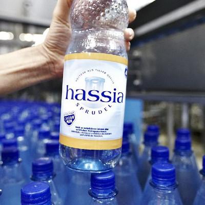 Hand mit Flasche hassia Wasser