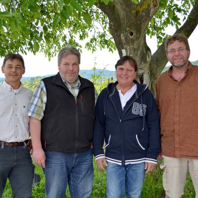 Team vom Weinbau vor einem Baum