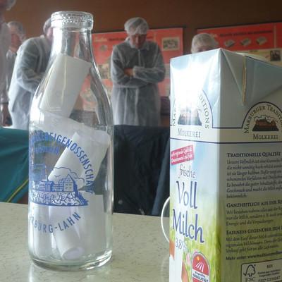 eine Packung Milch und eine leere Milchflasche
