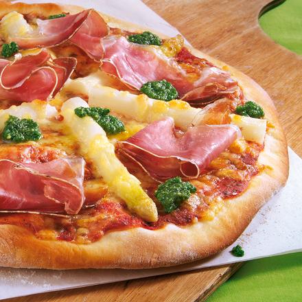 Knusprige Pizza mit Schinken, weißen Spargelstangen und Sauce Hollondaise